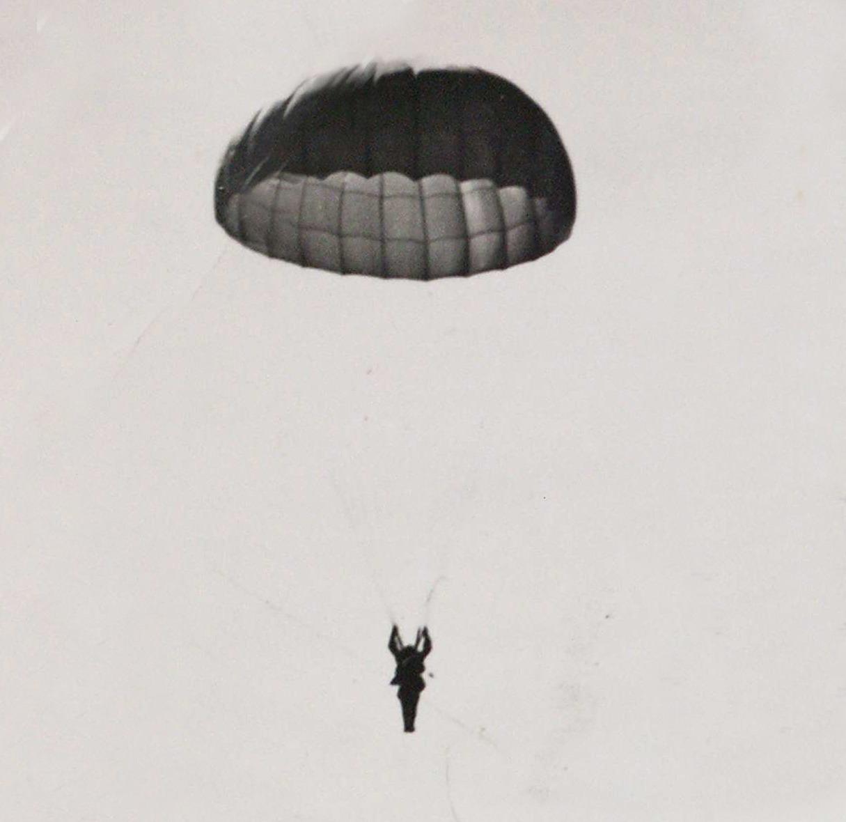 Paracaidista. Arquivo Histórico de León.